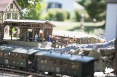 Historischer Zug vor dem Sägewerk